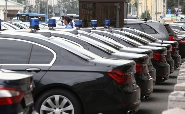 Власти оценят возможность замены служебных машин чиновников на такси