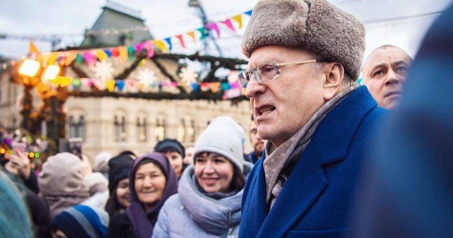 """Видео. Жириновский раздает деньги """"крепостным"""" и """"холопам"""""""