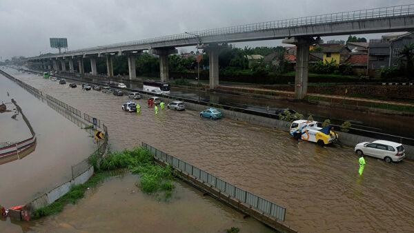 Число жертв наводнения в Индонезии увеличилось до 66
