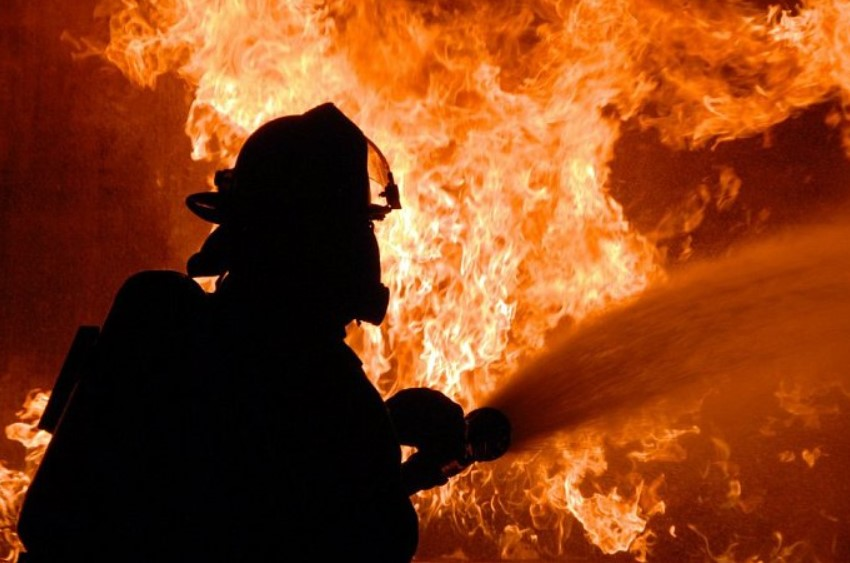 Как 9 единиц спецтехники и 26 пожарных матрас тушили