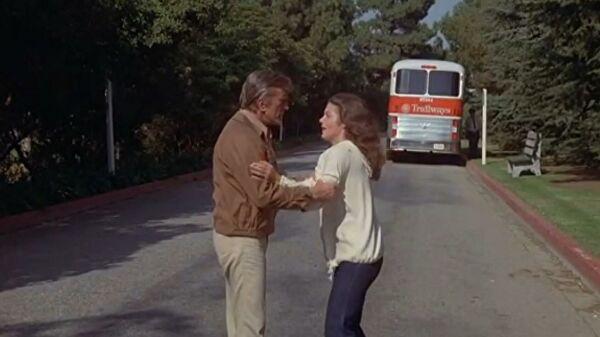 Эми Ирвинг рассказала, как Кирк Дуглас спас ее на съемках