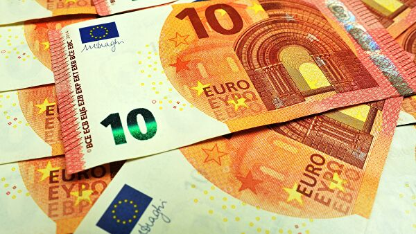 Евро дешевеет на фоне ожидания статистики из еврозоны
