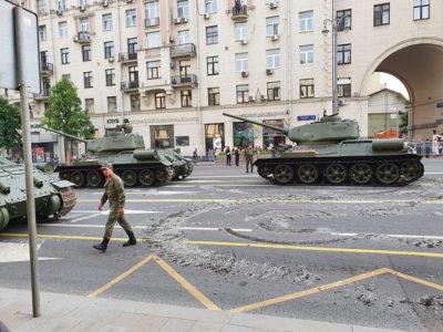 Легендарные Т-34 повредили асфальт на Тверской во время репетиции