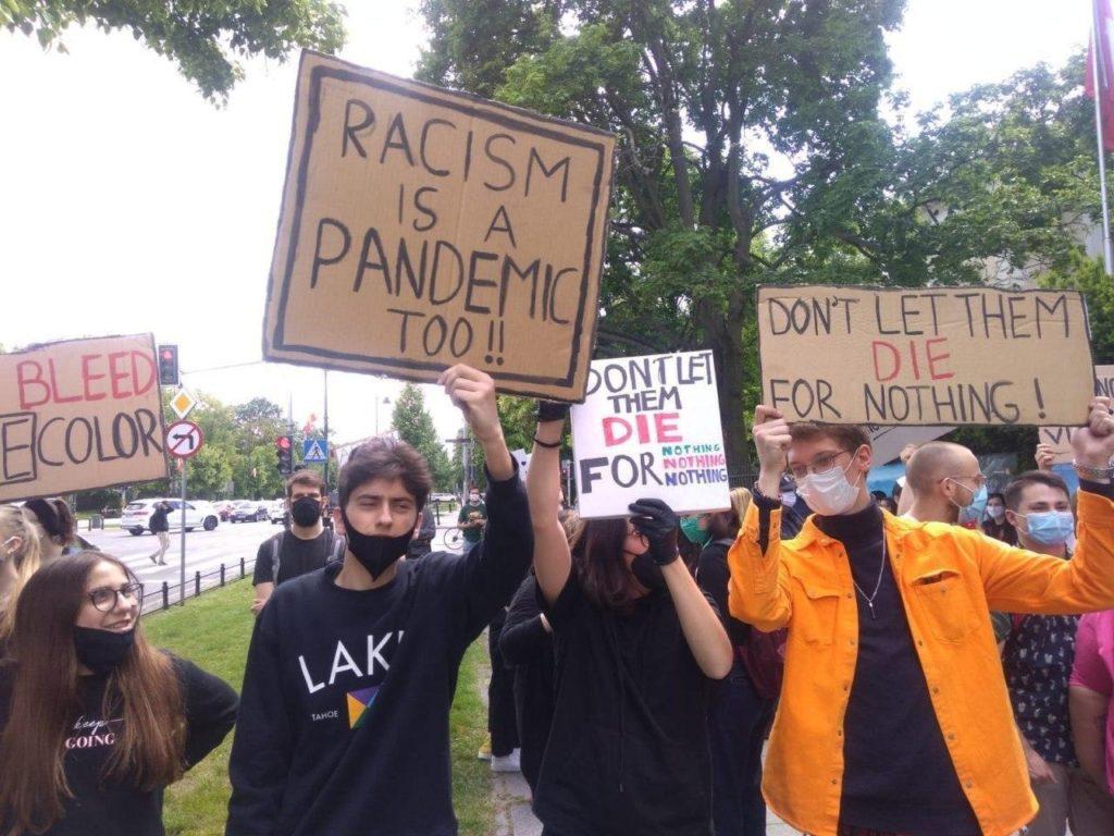 Протесты прошли у американского посольства в Варшаве (фото)