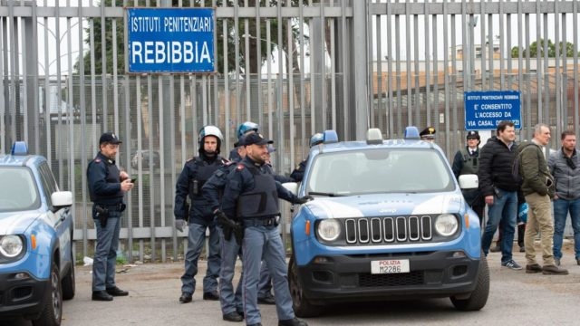 Итальянские заключенные сбежали из тюрьмы, но пообещали свернуться