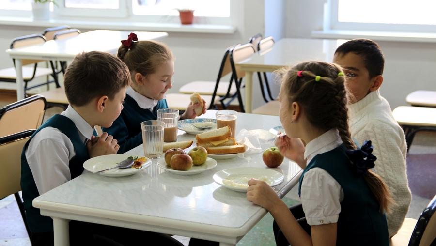 С 1 сентября школьников младших классов начали кормить бесплатно за счёт бюджета