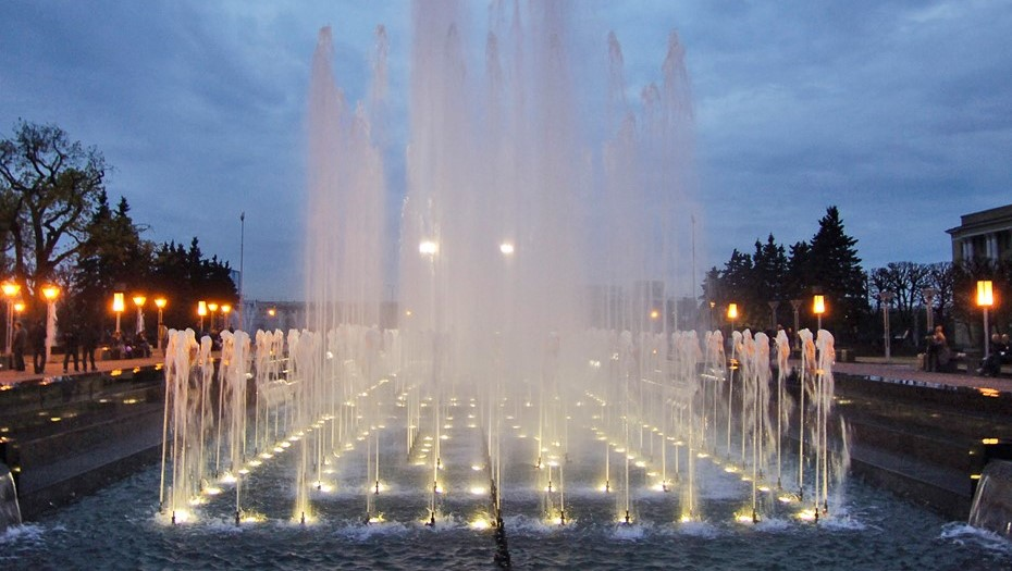 Беглов попросил горожан выбрать голос фонтана на площади Ленина