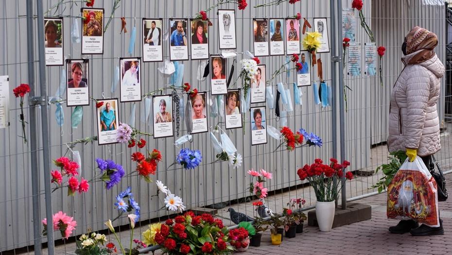 Беглов посетил стену памяти погибших от коронавируса медиков