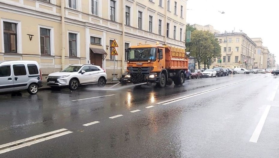 Более 500 машин вышли на уборку снега в Петербурге