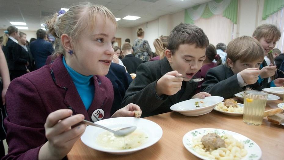 Для школ Петербурга разработают единый стандарт питания