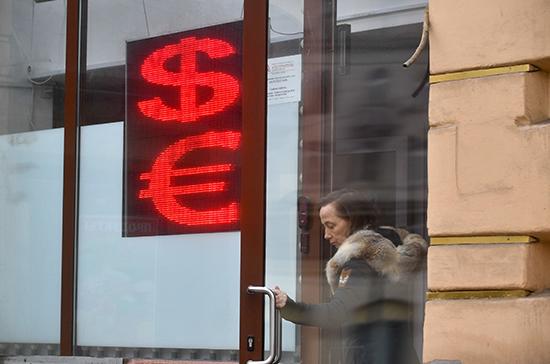 Ослабление рубля может в ближайшее время влиять на цены, считают в ЦБ