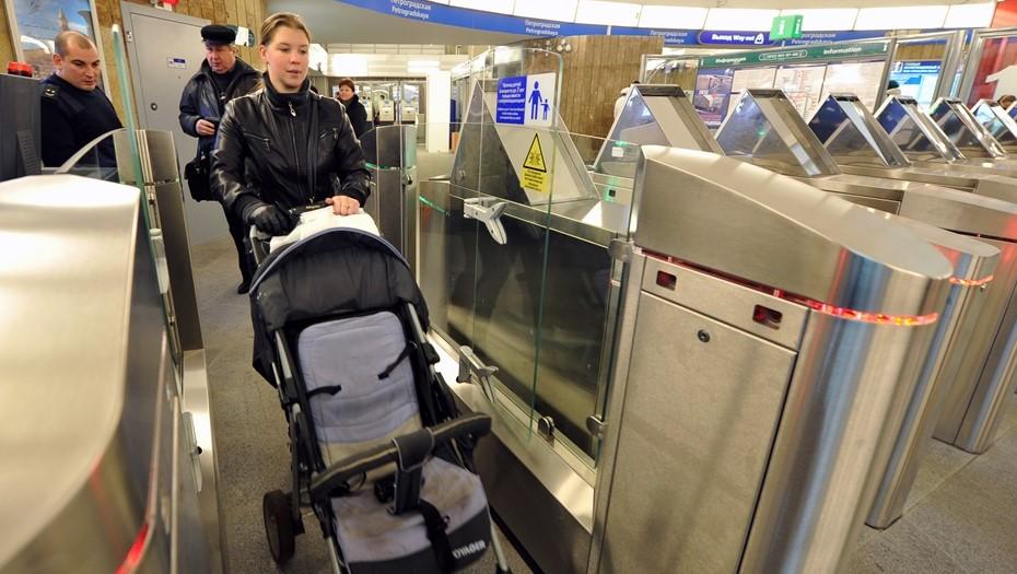Пассажиров с колясками обязали обращаться за помощью в метро Петербурга