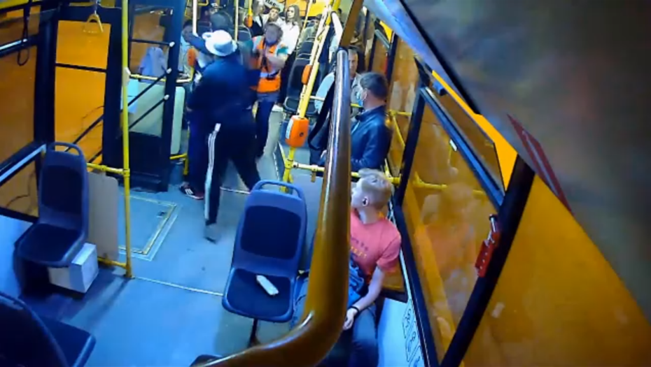 Петербуржец заступился в троллейбусе за кондуктора