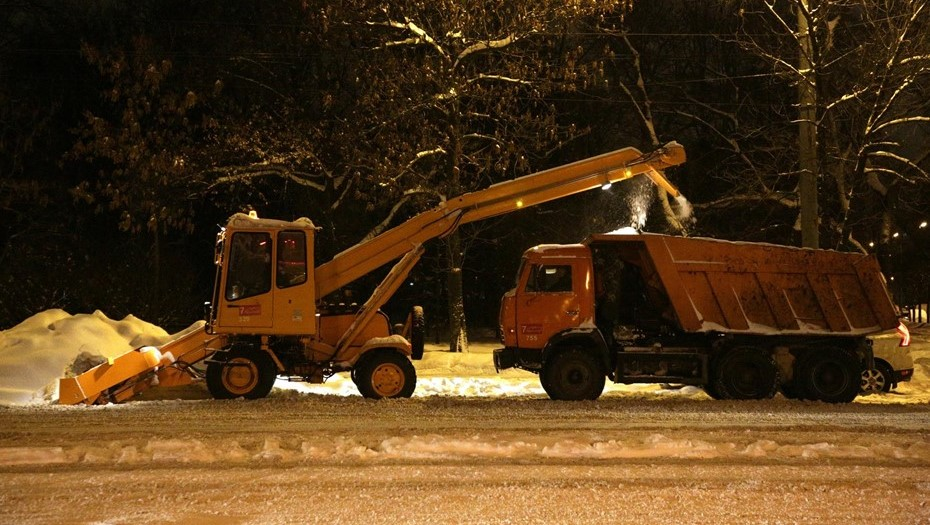 Почти 2,5 тыс. единиц техники будут убирать улицы Петербурга от снега