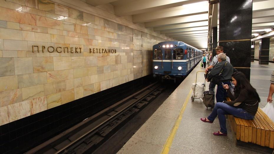 Поезда остановились на красной ветке метро Петербурга