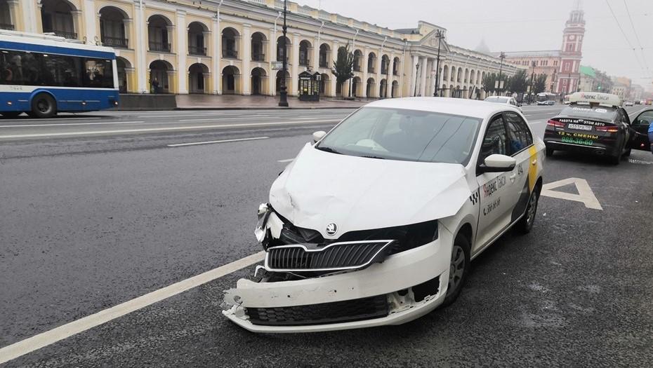 В ДТП на Невском проспекте разбились два такси с пассажирами