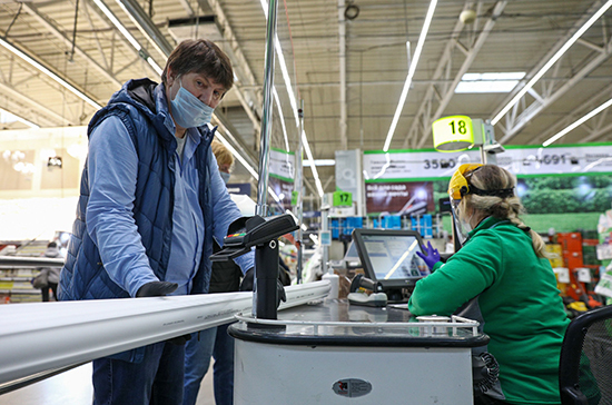 В Карелии запретили обслуживать покупателей без масок