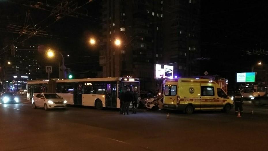 В Петербурге иномарка протаранила автобус с пассажирами