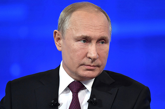Владимир Путин поручил увеличить оплату больничного родителям детей до семи лет