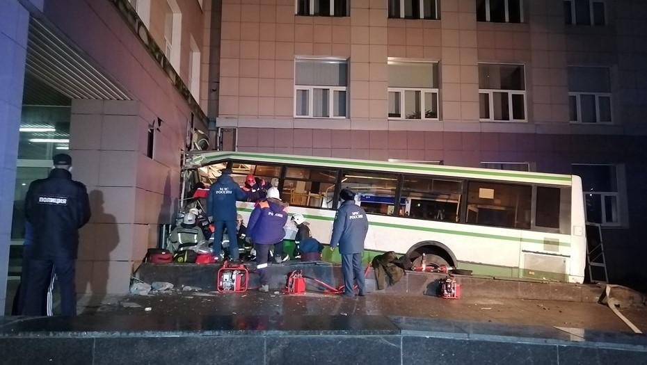 ЧП с автобусом в Великом Новгороде: погибла водитель, 10 пострадавших