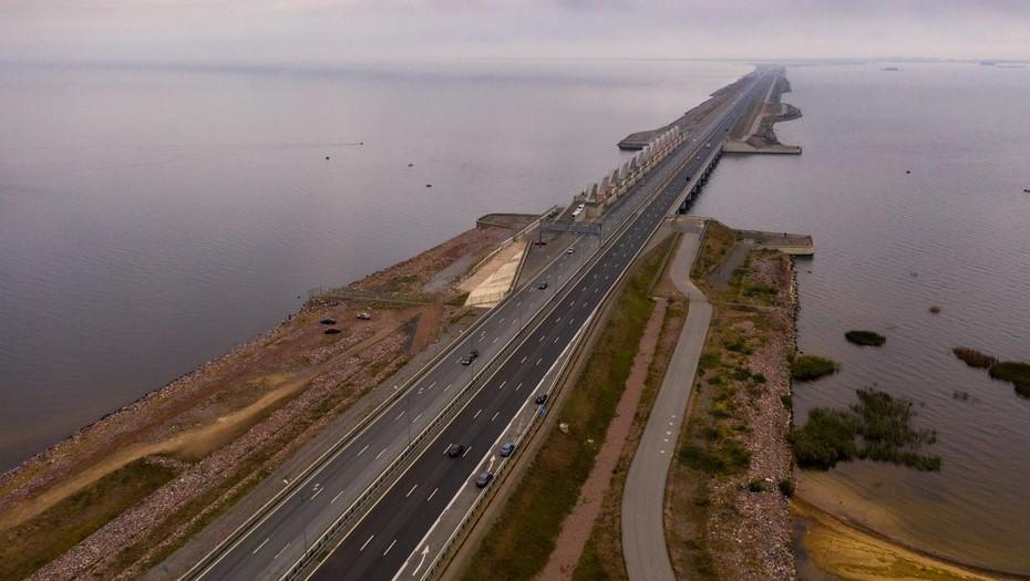 Движение по петербургской дамбе ограничат на два дня
