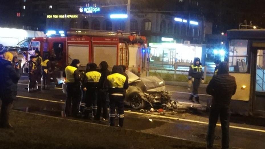 На севере Петербурга уходивший от погони водитель BMW влетел в троллейбус