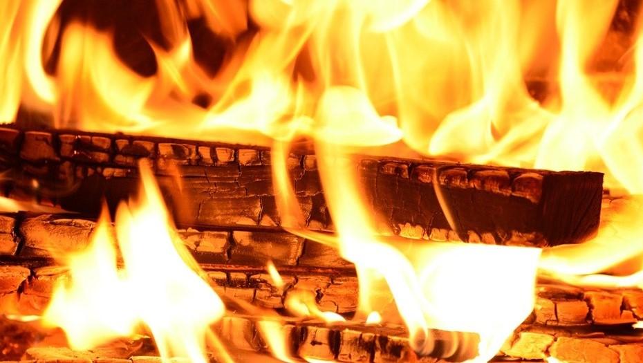 На территории Адмиралтейства в Петербурге загорелся склад