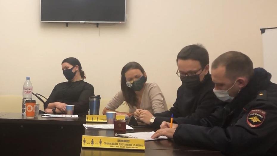 """Полиция приехала в МО """"Смольнинское"""" из-за порванного портрета Путина"""