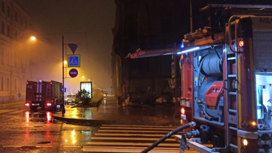 Пожар в бывшей больнице в центре Петербурга тушили 16 расчетов