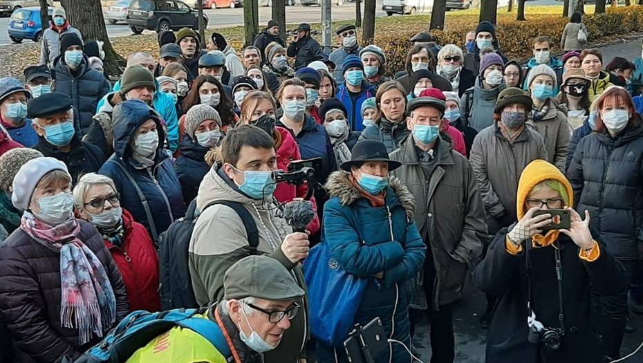 Сотни людей вышли на акцию протеста против сноса НИИ бумаги в Петербурге