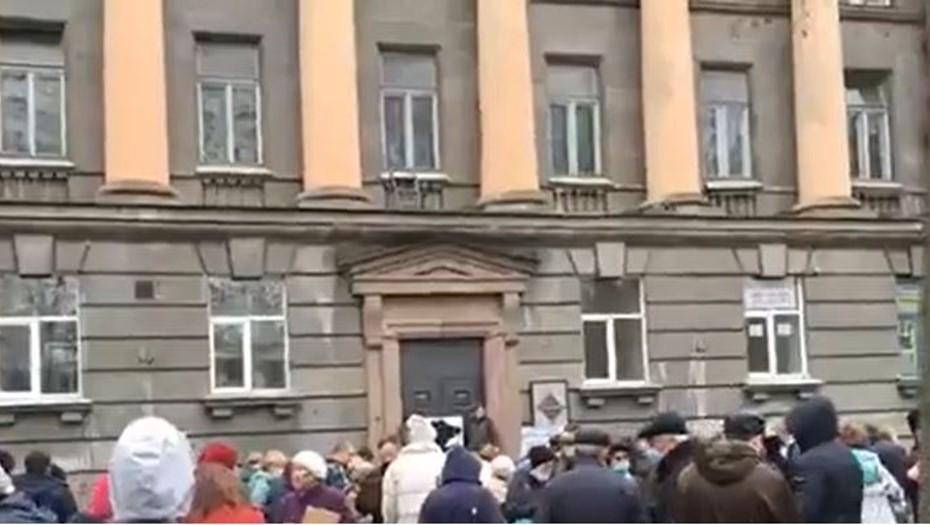Сотни петербуржцев вышли на защиту здания НИИ бумаги
