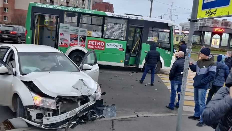 В Красносельском районе маршрутка с пассажирами столкнулась с легковым авто
