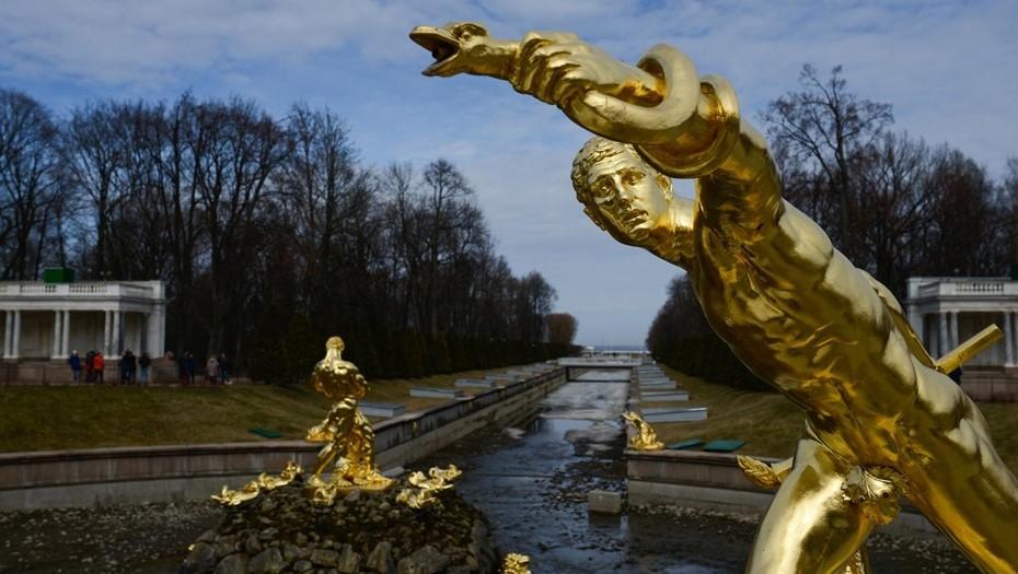 В Петергофе из-за штормового предупреждения закрыли парки
