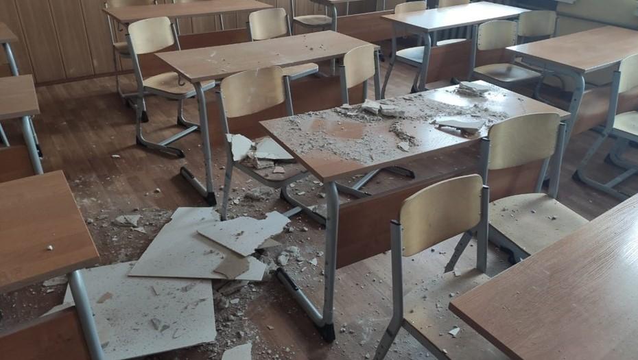 В школе Архангельска во время урока на учеников обрушился потолок