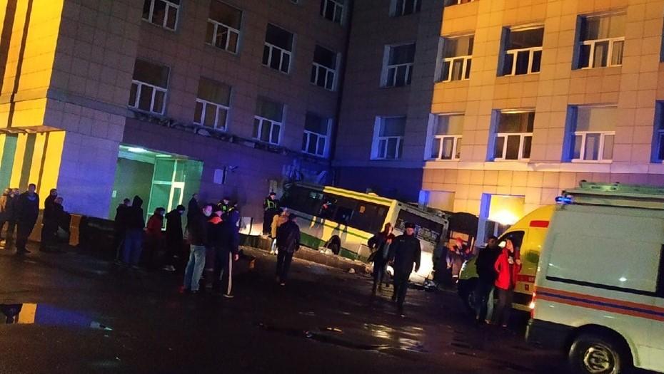 В Великом Новгороде пассажирский автобус протаранил здание университета