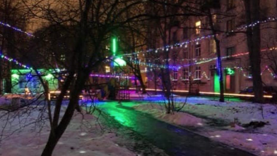 350 метров гирлянд: житель Петербурга взял украшение двора на себя
