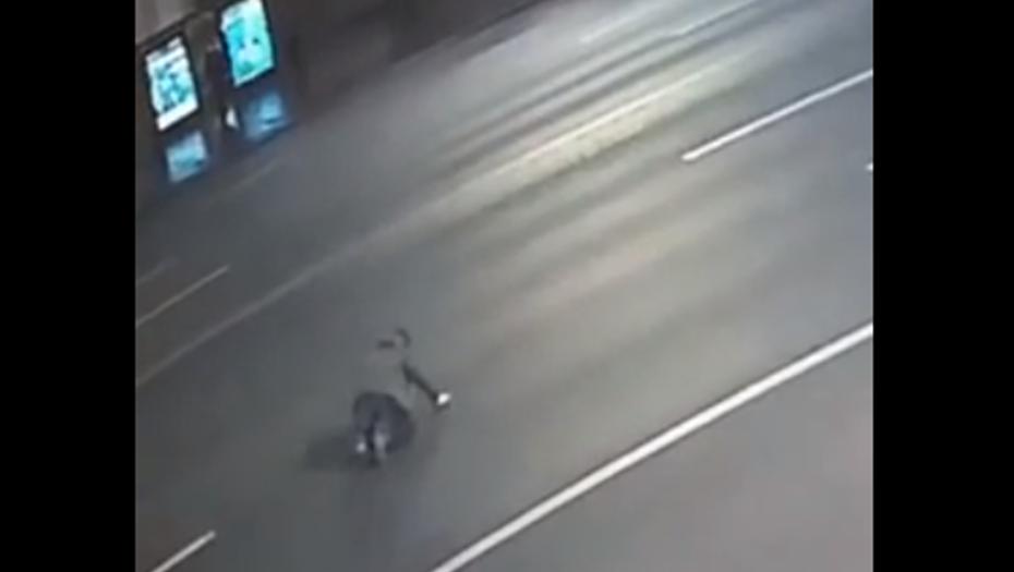 Автомобиль сбил на Невском мужчину, которого выгнали из ночного клуба