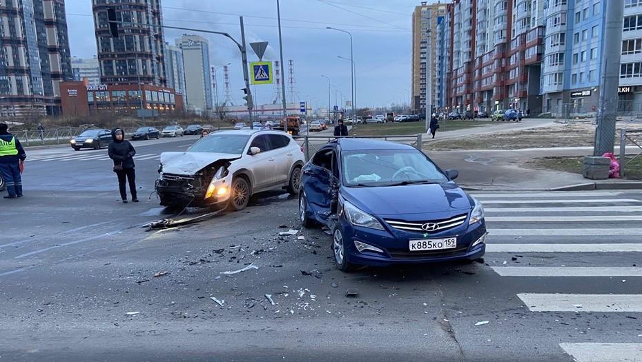 Два авто с детьми столкнулись на юго-западе Петербурга