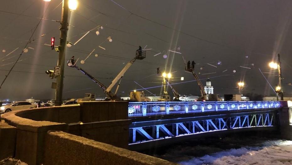 Дворцовый мост украсили уникальной световой композицией