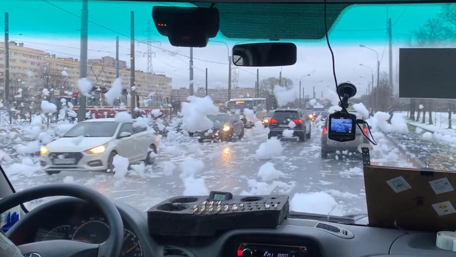 Горожане вычислили, откуда появилась пена на Петергофском шоссе