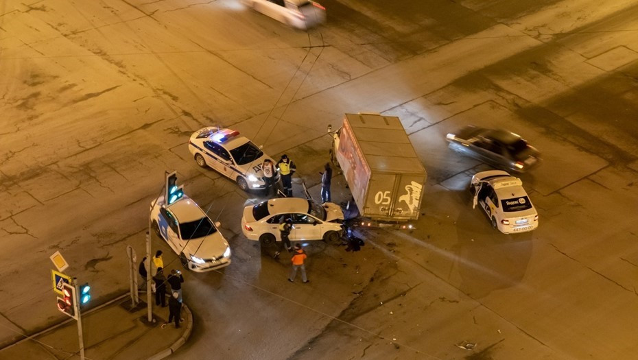 Иномарка протаранила фургон, уходя от погони в Петербурге