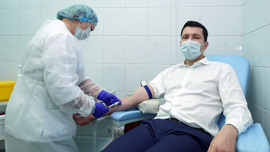 Калининградский губернатор протестировал вакцину от COVID-19
