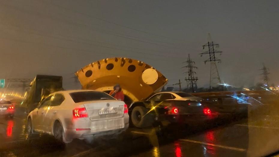 На КАД огромная деталь раздавила легковой автомобиль