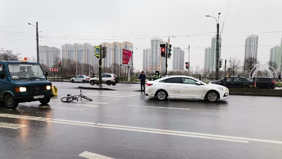 На пешеходном переходе в Купчино таксист сбил доставщика еды