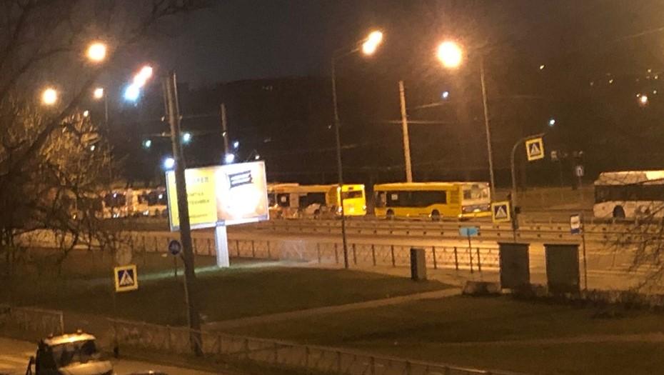 На севере Петербурга образовалась гигантская пробка из автобусов