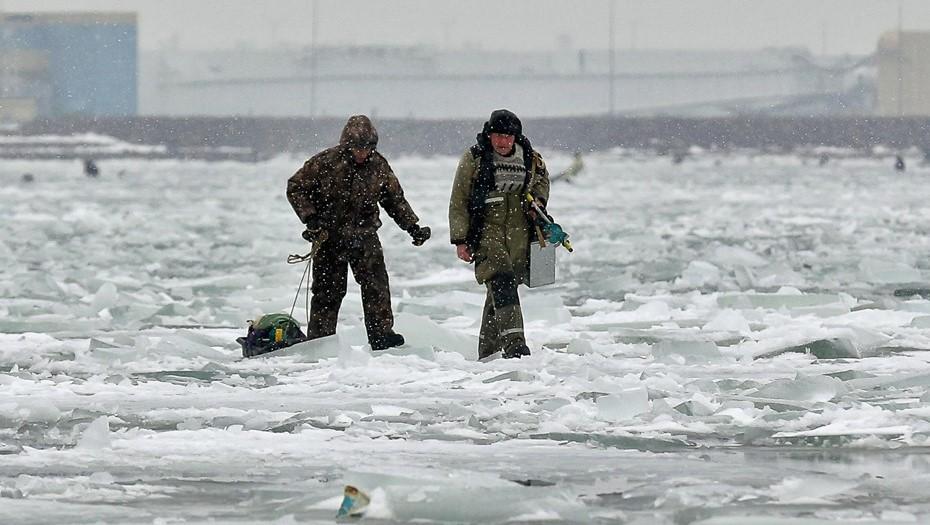 Погода нипочём: рыбаки вновь вышли на лёд Галерной гавани