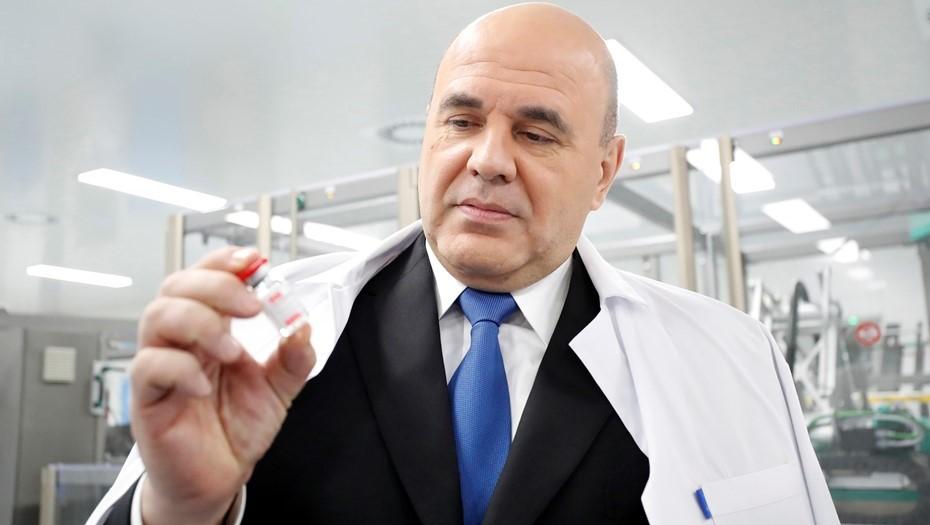 """""""Я её на память возьму"""": Мишустин вынес с завода в Петербурге дозу вакцины"""