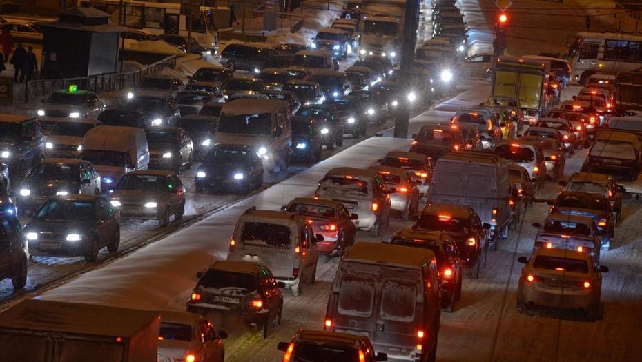 Снегопад в Петербурге собрал на дорогах 9-балльные пробки