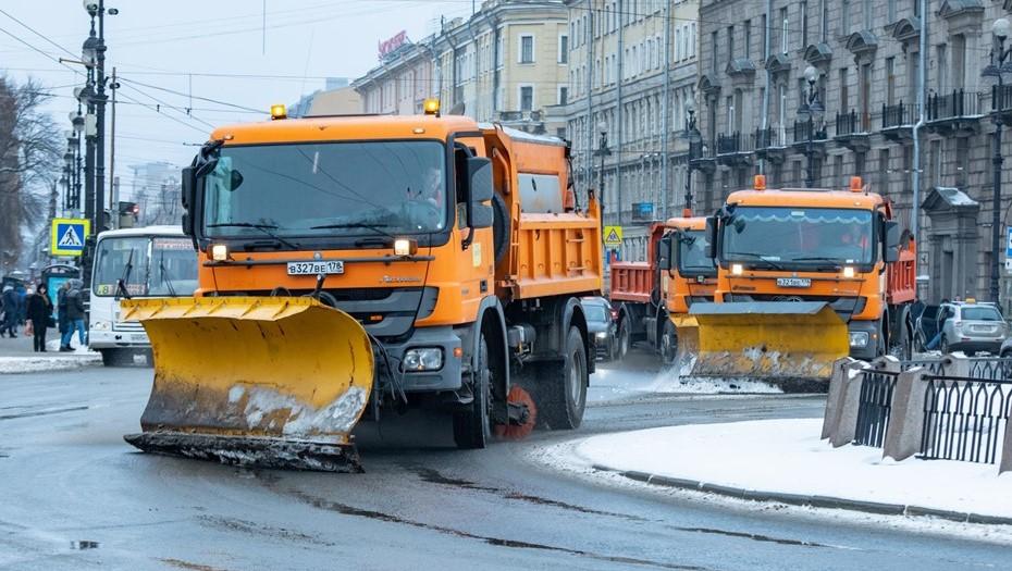 Снегопад вывел на улицы Петербурга 900 единиц спецтехники