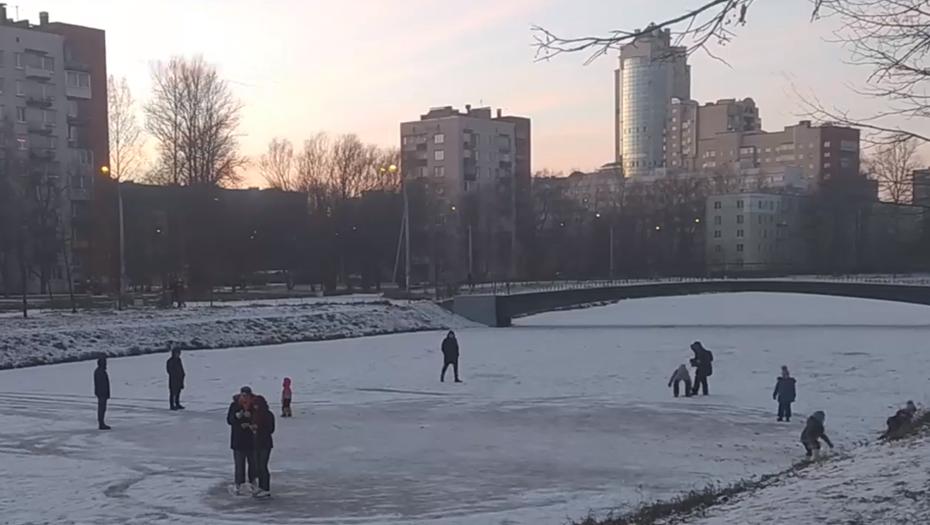 Спасатели разогнали любителей прогуляться по первому льду в Петербурге